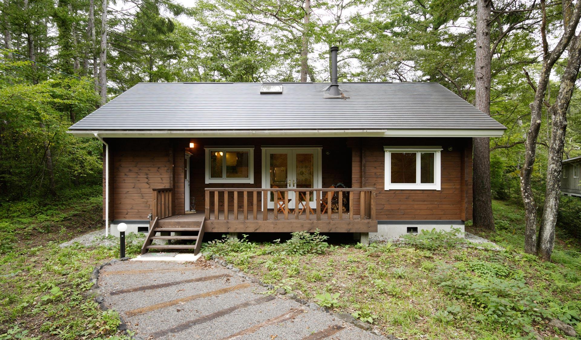 テラスとリビングが 開放的な一体感を生む シンプルな平屋の別荘