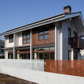 住宅街に調和する洗練の都市型ログハウス