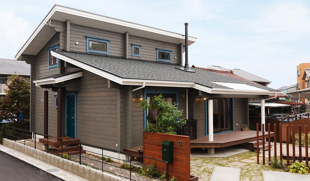 モダンなフォルムと配色が印象的な都市型住宅