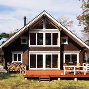 落ち着いた外観に開放感のあるインテリアが際立つ別荘