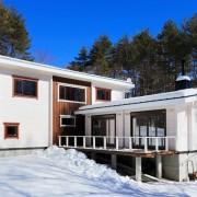 平屋と2階建てログハウスをL字に繋いだ個性的なプランニング