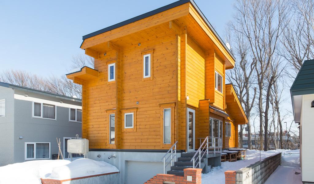 狭小地に建つ無落雪の家