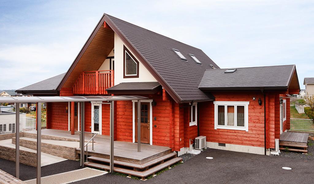 三角屋根が親しみを与えるログハウスの小児科病院