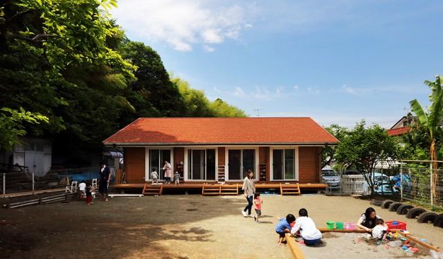 子どもたちがのびのび遊ぶログハウスの保育園