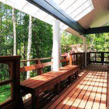 インサイドデッキから森の風景を楽しむ別荘ログハウス