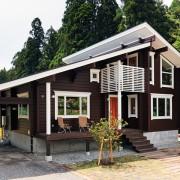 片流れの屋根がガレージまで一直線に伸びるデザインが印象的