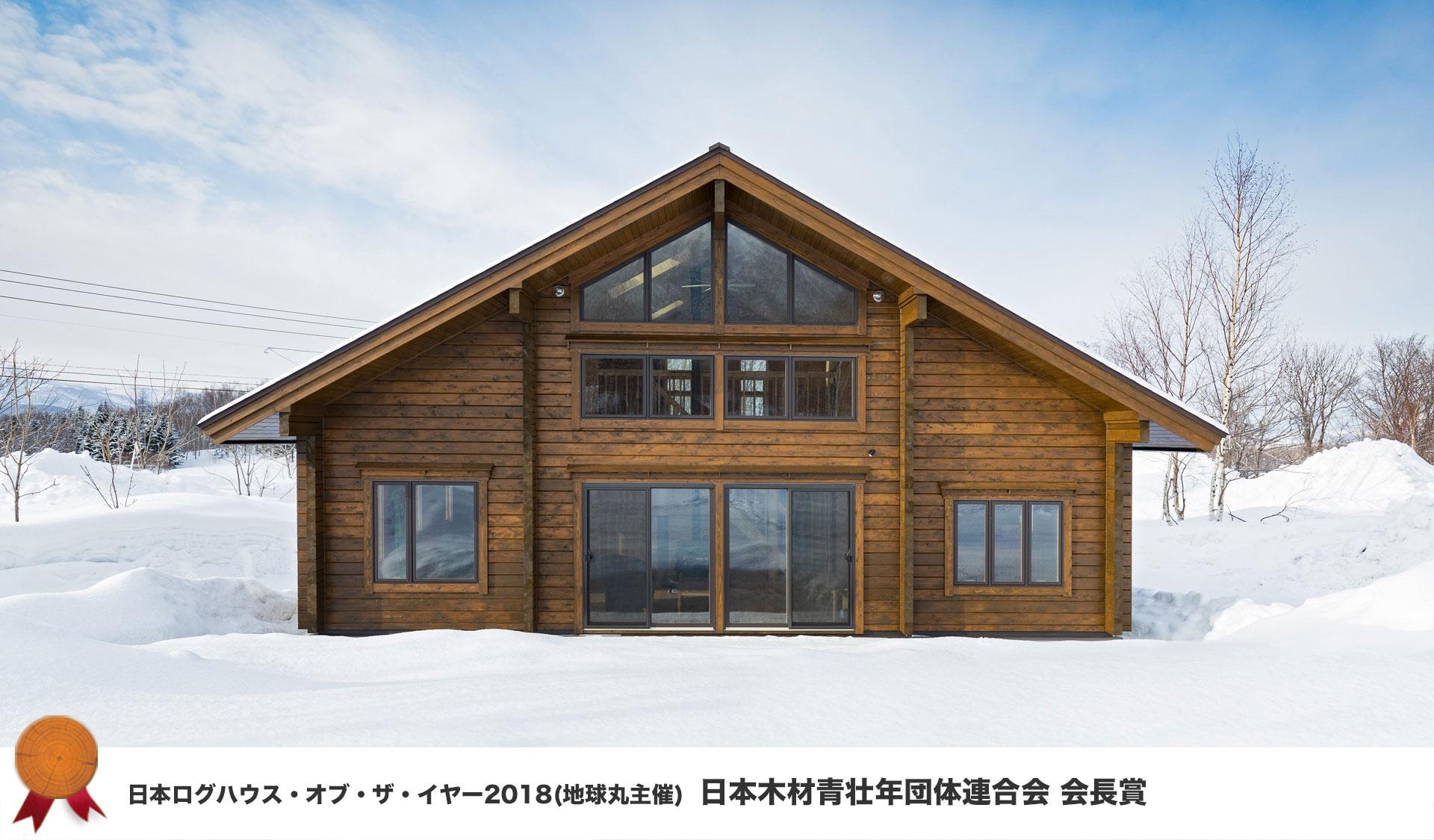 白銀の世界に佇む檜ログハウス