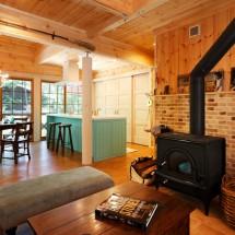 アンティークと手造りの家具が調和するこだわりのインテリア