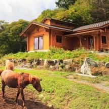 伝統工法の小屋組が見事な国産杉のログハウス