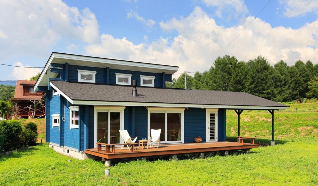 広々としたウッドデッキで、のんびり過ごす別荘ログハウス