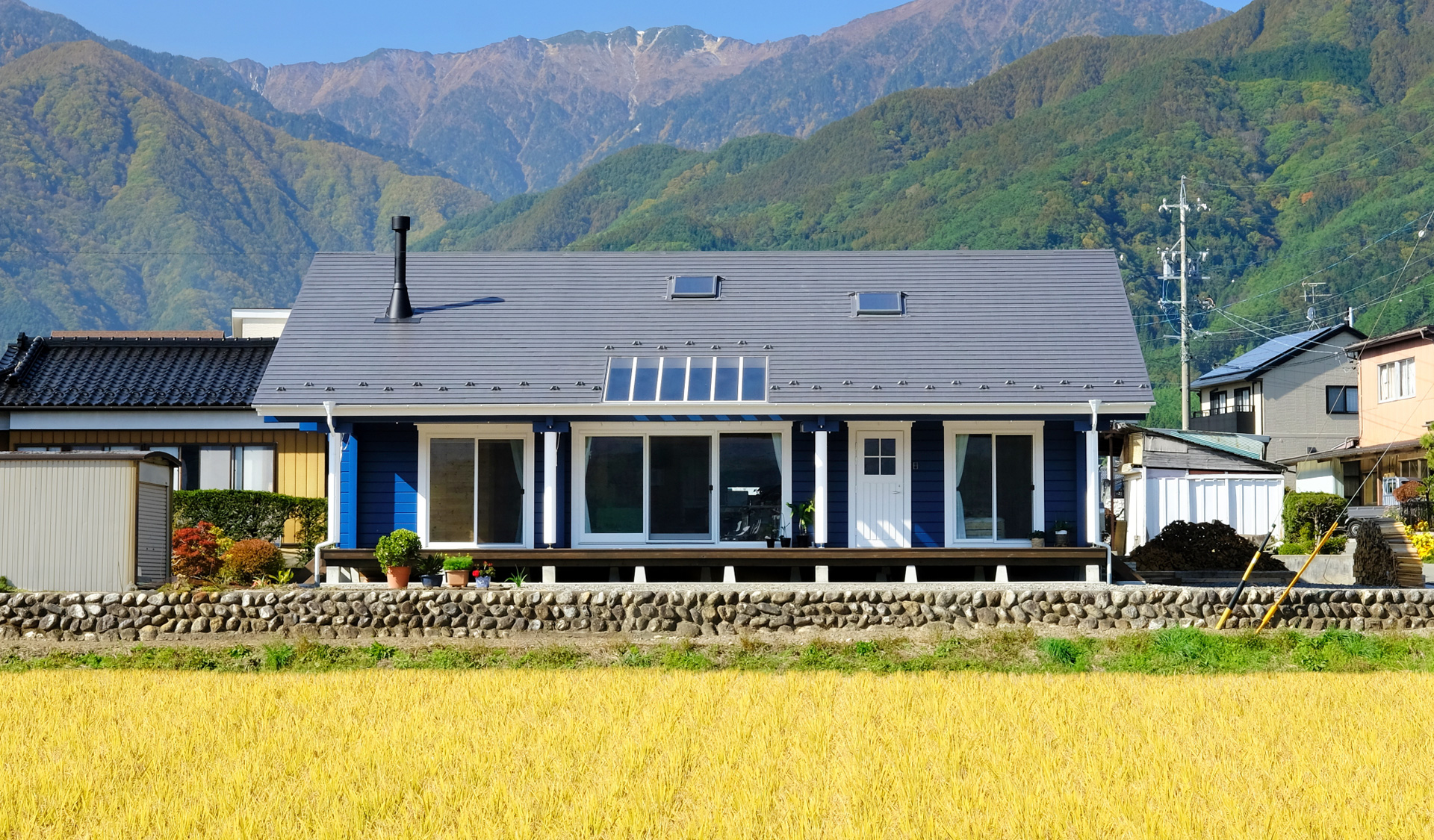 雄大な山々に抱かれた、穏やかで贅沢な平屋の暮らし
