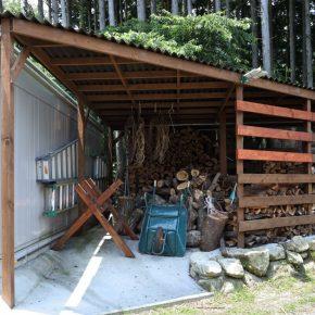 定住によってストーブの薪の使用量も増えたので、薪小屋なども増設