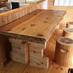 建物と同じ小国杉でできた大きなテーブルとイスは、一体感のあるインテリアとして存在感を発揮