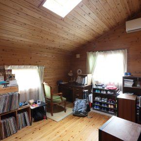 2階にある長男の部屋。部屋全体が木でできているのが、気に入っているという
