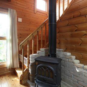 ログハウスには薪ストーブを設置したいと考えていたオーナーは、設計段階から煙突をまっすぐ出せるように考えて位置決めをしたという