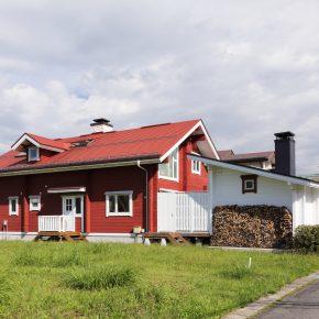 母屋からつながるように建つサウナハウスには薪棚も設置。隣地はまだ空き地のまま