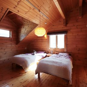 2階にあるお嬢さんの寝室。2頭いるイタリアングレイハウンドのチップとデールもお気に入りの場所だ