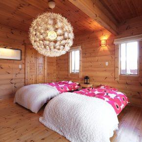 1階にあるご夫妻の寝室。照明や小物類もすべてスカンジナビアのおしゃれなアイテムで統一されている