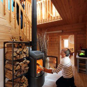 玄関前に設置されている薪ストーブは、ノルウェーのヨツールというメーカーのもの