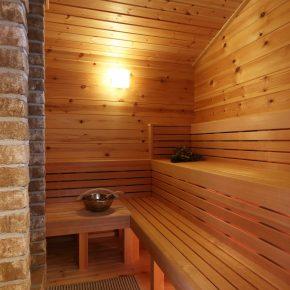 家族5人でも入れるゆったりしたサイズのサウナ室。サウナストーンが薪ストーブの熱で暖められる仕組み