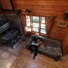 大型のキッチンストーブの床とドア前の床は、大きさと素材の異なるタイルで仕上げられ、炉壁は石積みとなっている