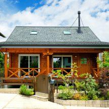 住宅街に建つカントリーテイストの折れ屋根ログハウス