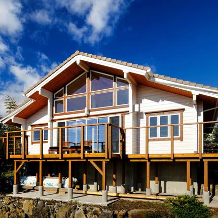 リビングソファーから海を一望。極上のリゾートハウス