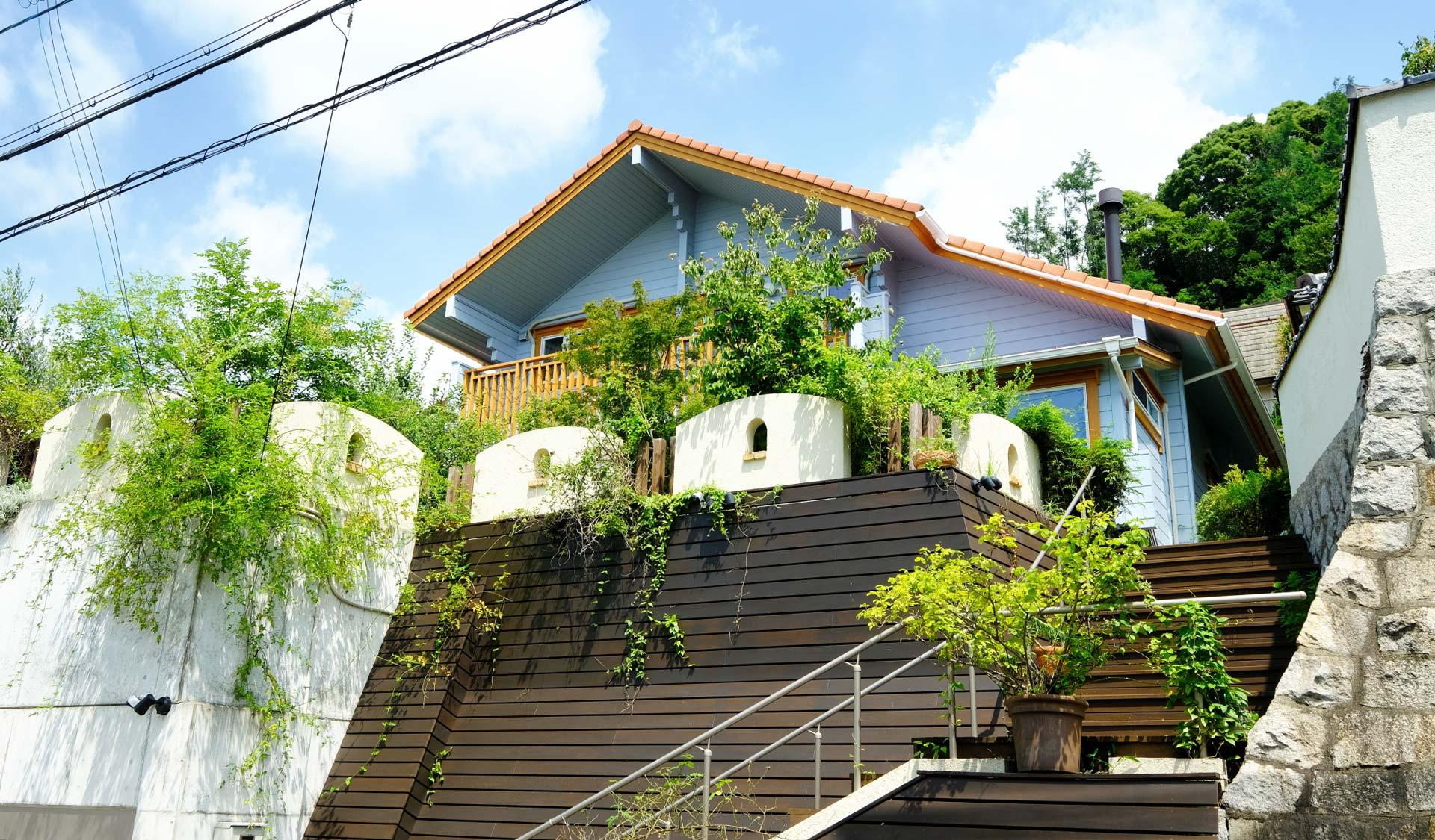 高台から海を望む、サンルームのある家