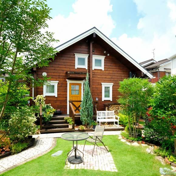 美しい自作のお庭を愛でる住宅街のログハウス