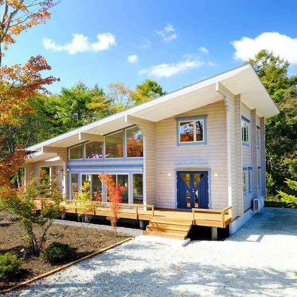 ダイナミックな片流れ屋根とガラス開口が、洗練された北欧デザインを表現