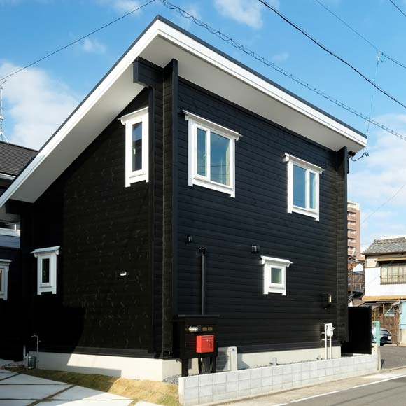 アーバンな二世帯住宅のログハウス