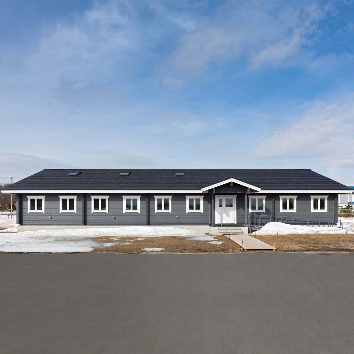 セルフビルドで建てた大きなログハウスの校舎